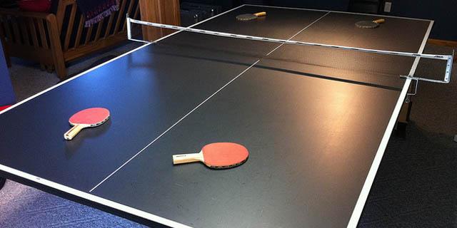 mesa ping pong en la recepción del hotel